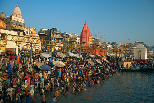 Ganges river city, varansi, people bathing