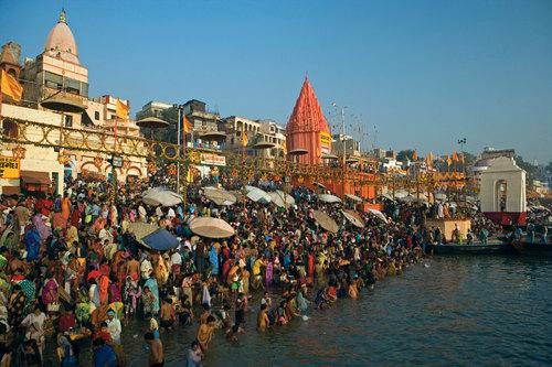 Ganges river city, varansi, people bathing