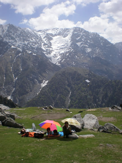 Triund relaxing volunteers